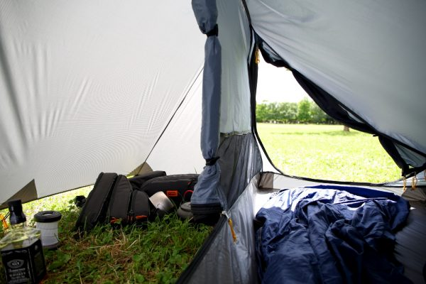 ソロキャンプのためのミニマルツールームテント。