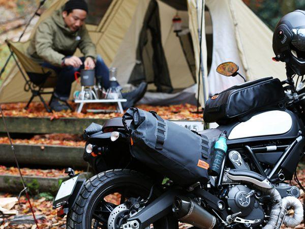 オートバイでのツーリングキャンプを楽しむ男性
