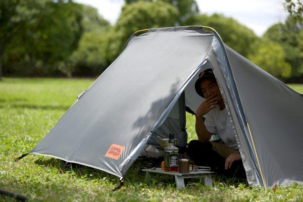 テント内でくつろぐソロキャンプの男性