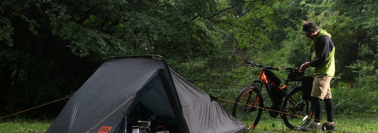雨天の中で設営されたバックフリップバイシクルテント