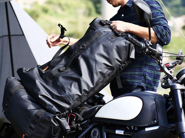 キャンプツーリングでアウトドアギアを濡らさない防水ツーリングバッグ、ターポリンツーリングシートバッグのイメージ画像